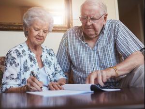 זוג מבוגר חותם על צוואה