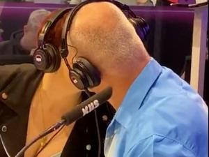 אשה מתנשקת עם אביה בשידור חי כדי לזכות בפרס