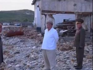 קים ג'ונג און סייר באזור פגיעת סופת טייפון בצפון קוריאה 6.9.20