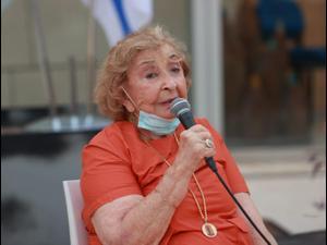 השחקנית וזוכת פרס ישראל ליא קניג שטולפר בטקס לקריאת רחוב בגבעתיים על שמה, 6 בספטמבר 2020, תיאטרון גבעתיים