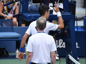 נובאק דג'וקוביץ' טניסאי סרבי מדבר עם שופט אליפות ארצות הברית אחרי שנפסל