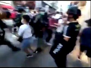 הונג קונג: שוטרים עצרו באלימות בת 12 שהייתה במקרה בסמוך להפגנה 7.9.20