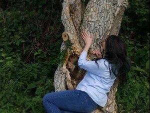 אשה שהתחתנה עם עץ