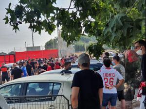 אוהדי הפועל תל אביב מוחים נגד ההנהלה