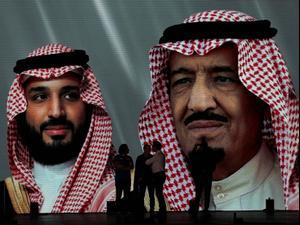 המלך סלמאן ויורש העצר מוחמד בן סלמאן, בכרזה בריאד, ערב הסעודית. 19 בספטמבר 2020