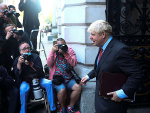 ראש ממשלת בריטניה, בוריס ג'ונסון יוצא ממעונו בדאונינג 10 לקראת ישיבת ממשלה 22 בספטמבר 2020