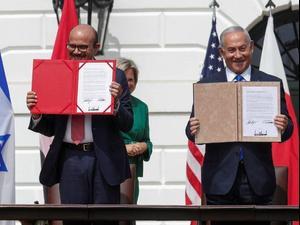 ראש הממשלה בנימין נתניהו ושר החוץ של בחריין בטקס חתימת הסכמ נרמול היחסים בבית הלבן, 15 בספטמבר 2020