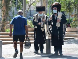 חרדים עושים את דרכם לתפילות במרחב הפתוח בתל אביב 26 בספטמבר 2020