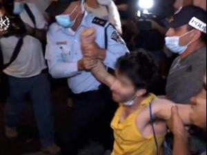 """ההפגנות נגד נתניהו: 38 מפגינים נעצרו בת""""א לאחר עימותים עם שוטרים, מאות דוחות חולקו 4.10.20"""