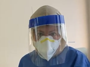 שלומי שבת, המאושפז בבית חולים בילינסון לאחר שחלה בקורונה, מצלם את הצוות המטפל בו