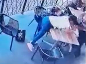 דישאל סוקו לוחם ג׳יו ג׳יטסו MMA מציל ילדה מניסיון חטיפה באמצע מסעדה בדרום אפריקה