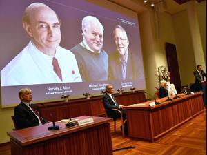 """3 מדענים מארה""""ב ובריטניה זכו בפרס בפרס נובל לרפואה על גילוי נגיף הפטיטיס C 5.10.20. רויטרס"""