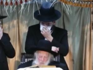 תיעוד: הרב קנייבסקי, החולה בקורונה, קורס באירוע שמחת השואבה בבני ברק 11.10.20