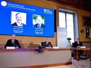 """פרס נובל לכלכלה לשנת 2020 הוענק לשני חוקרים אמריקנים על """"שיפורים בתורת המכרזים""""  12.10.20. רויטרס"""