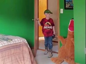ילד מאוכזב מהחדר החדש שלו