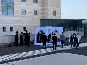 אב החתן חלה בקורונה, החתונה נערכה על גג בית החולים כדי שיוכל להשתתף מהחלון