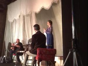 """התיאטרון הערבי-עברי ביפו מעלה ב-20 באוקטובר 2020 הצגת מחאה של """"אום כולת'ום"""" בכיכובה של גלית גיאת, ברחבת התיאטרון תחת כיפת השמיים, בפני כמה עשרות אנשים. זאת כמחאה על שיתוק עולם התרבות בימי קורונה"""