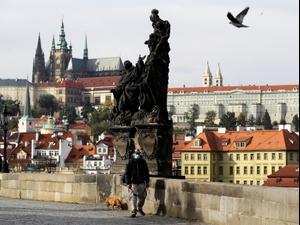 אדם עוטה מסכה לצורך התגוננות מנגיף הקורונה בפראג, צ'כיה 20 באוקטובר 2020