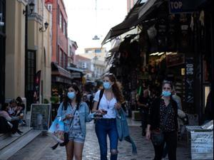 נשים עוטות מסכה לצורך התגוננות מנגיף הקורונה באתונה, יוון 22 באוקטובר 2020