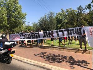 אוהדי הפועל תל אביב מוחים נגד הבעלים