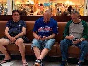 גברים מחכים לנשים שלהן בזמן שהן עושות קניות