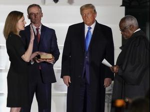 """נשיא ארה""""ב דונלד טראמפ צופה בשופט בית המשפט העליון קלרנס תומאס משביע את איימי קוני בארט בבית הלבן בוושינגטון. 27 באוקטובר 2020"""