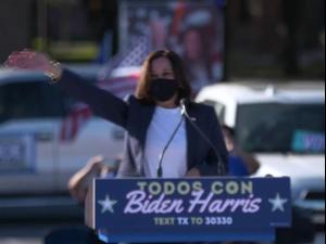 """הבחירות בארה""""ב: קמאלה האריס הדמוקרטית בעצרת בטקסס"""