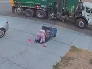 אישה נופלת לתוך פח אשפה - פעמיים