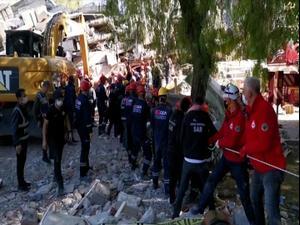 חיפוש ניצולים בין ההריסות. בעקבות רעידת האדמה שפקדה את איזמיר, טורקיה 1.11.20