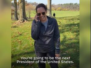 קמלה האריס מברכת את ביידן לאחר ניצחונם בבחירות, 7 בנובמבר 2020. אין, רויטרס