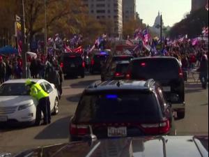 טראמפ עובר עם רכבו בהפגנת התמיכה בו בוושינגטון 14.11.20