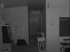 דמות מסתורית מציצה מחדר התינוק