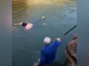 דיפלומט בריטי קפץ לנהר והציל סטודנטית בסין 17.11.20