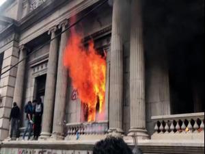 גואטמלה: מפגינים הציתו אש בבניין הקונגרס במחאה על התקציב  22.11.20