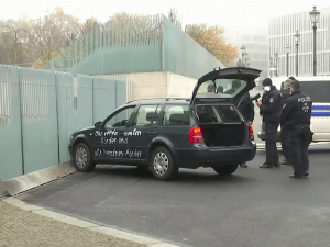מכונית התנגשה בשערי לשכתה של מרקל בברלין, לא היו נפגעים 25.11.20