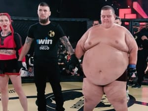 קרב MMA בין לוחם רוסי במשקל 240 קילוגרם נגד לוחמת במשקל 60 קילוגרם