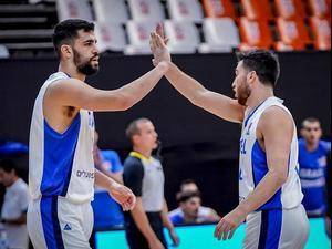 שחקן נבחרת ישראל תומר גינת עם תמיר בלאט