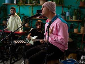 הזמר יהונתן מרגי מופיע במשתלה בתל אביב