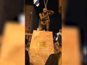 המשטרה פינתה פסל מחאה שהוצב סמוך לבלפור; האמן התעמת עם השוטרים  05.12.2020