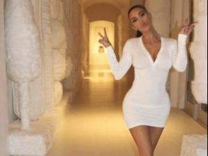 קים קרדשיאן מציגה את קישוטי חג המולד שלה. @kimkardashian, צילום מסך