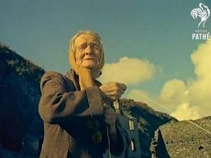 אישה שגרה לבד בכפר נטוש כבר 47 שנים. British Pathé), צילום מסך