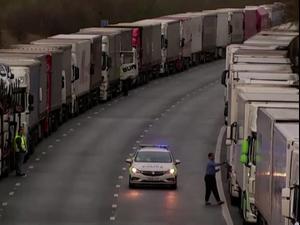 נהגים תקועים בבריטניה בשל סגירת הגבול אחרי גילוי מוטציית הקורונה   23.12.20. רויטרס