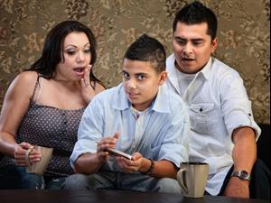 הורים וילד נדהמים. ShutterStock