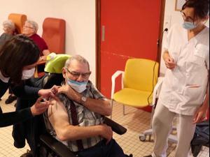 """זעם בצרפת על קצב חיסוני הקורונה: """"סקנדל לאומי"""" 04.01.21. רויטרס"""