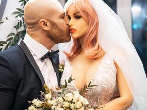 שרירן התחתן עם בובת מין. yurii_tolochko/, צילום מסך