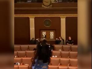 עם אקדחים שלופים: ליל ההסתערות על הקונגרס האמריקני 7.1.21. -, רויטרס