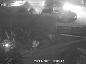 תיעוד ממצלמות האבטחה: אריה שיף יורה בפורץ לרכבו בערד 13.1.21. מצלמות אבטחה, צילום מסך