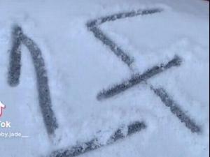 מצאה מסר מפחיד בשלג מול ביתה. @bby.jade__, צילום מסך