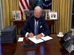 ביידן חתם על צווים בתחום הקורונה, הסביבה וההגירה שהופכים את מדיניות טראמפ 21.1.21. רויטרס
