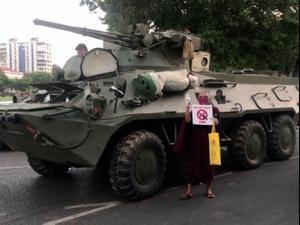 """צבא מיאנמר שלח טנקים לרחובות, ארה""""ב קוראת לאזרחיה להסתתר 14.02.21. רויטרס"""